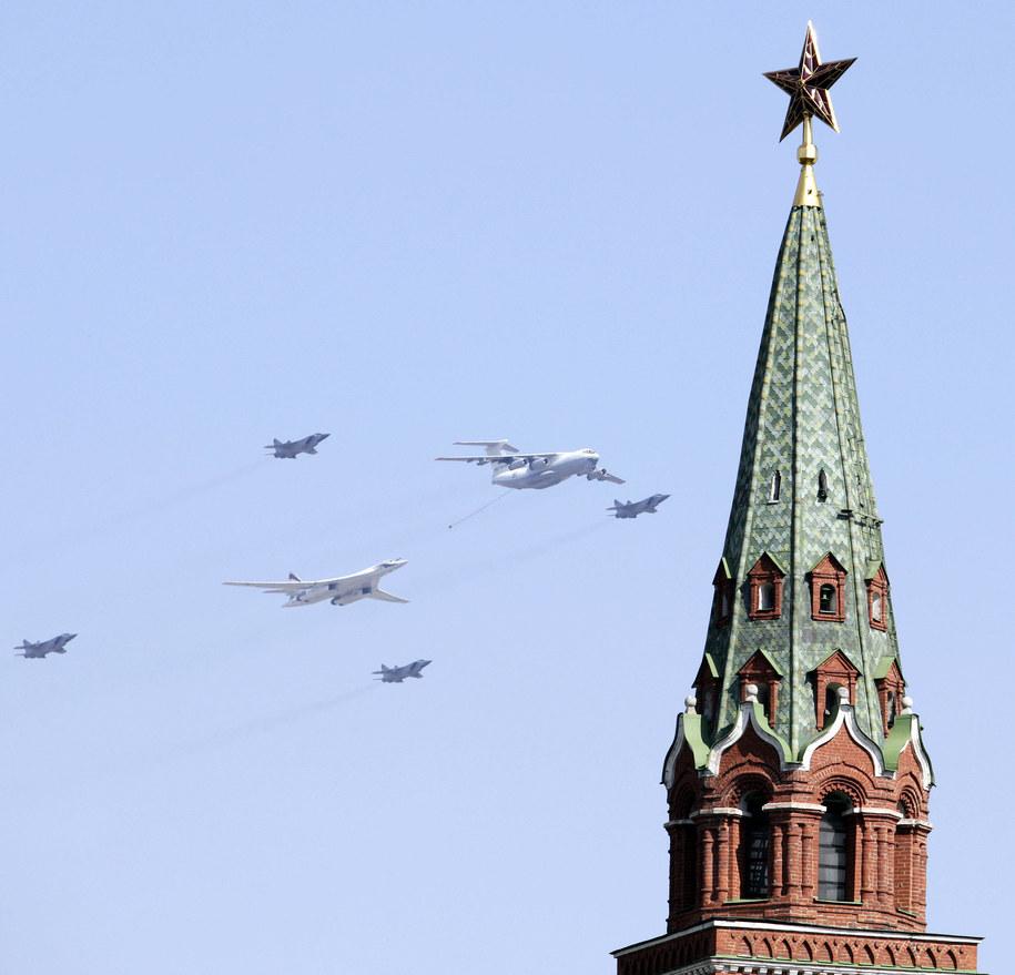 Rosyjskie samoloty - wśród nich Ił-78 i MiGi-31 - nad Placem Czerwonym w Moskwie /ITAR-TASS/Anna Sheveleva /PAP