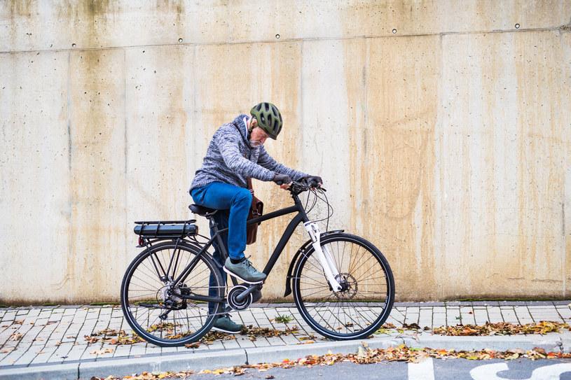 Rower elektryczny to wygodny środek transportu z którego coraz częściej korzystają seniorzy /123RF/PICSEL