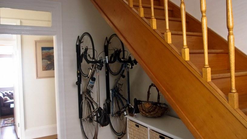 rowery pod schodami /© Photogenica