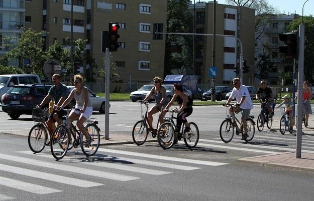 Rowerzyści przejeżdżający przez przejście dla pieszych - klasyka /Hubert Matys /Reporter