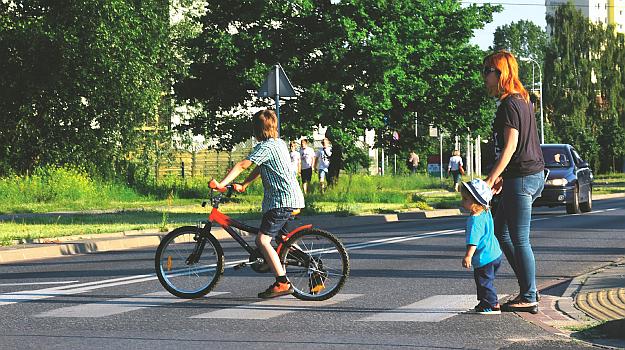Rowerzysta może przejeżdżać przez przejścia dla pieszych, pod warunkiem że nie skończył 10 lat i jest pod opieką dorosłego. /Motor