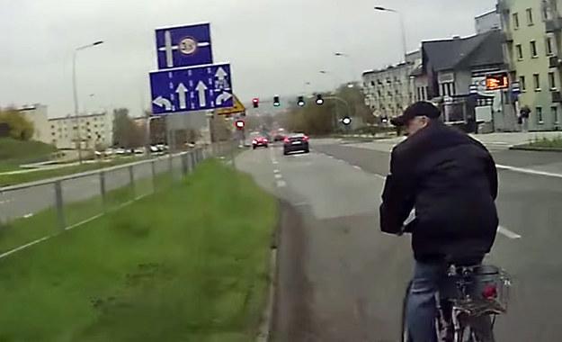 Rowerzysta odwraca się zaskoczony, że o mało nie został potrącony przez auto /