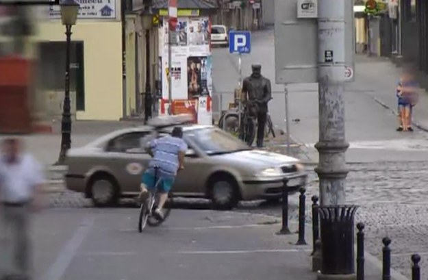 Rowerzysta podejmuje manewr, który ma zapobiec zderzeniu się z taksówką /