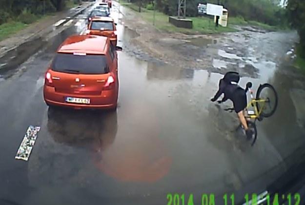 Rowerzysta wcale nie trafił w dziurę... /