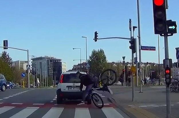 Rowerzysta wpadł wprost na Pandę, skręcającą na zielonej strzałce /