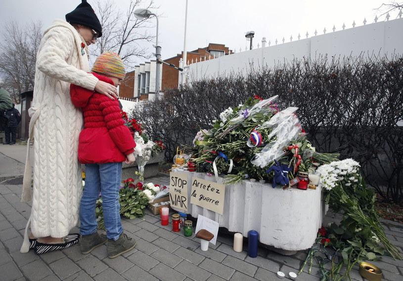 Również przed francuską ambasadą w Moskwie ludzie składają kwiaty /PAP/EPA