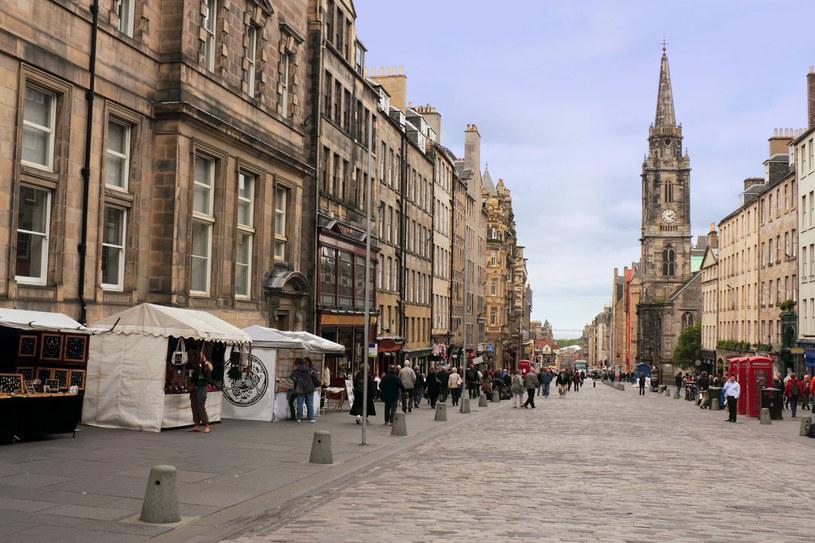Royal Mile jest główną ulicą starówki, która łączy ze sobą dwie królewskie rezydencje Edynburga: Edinburgh Castle i Pałac Holyrood /123RF/PICSEL