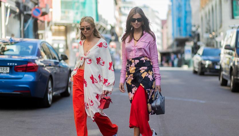 Róż i czerwień. Energetyczne stylizacje na ulicach miast