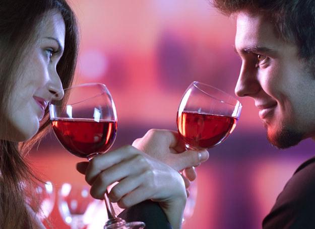 Róża i wino na Walentynki /123RF/PICSEL