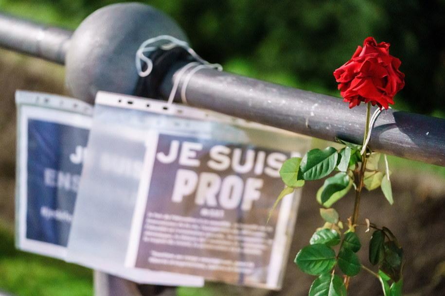 """Róża i wydruk z napisem """"Jestem nauczycielem"""" w miejscu, gdzie oddawano hołd zabitemu nauczycielowi /Clemens Bilan /PAP/EPA"""