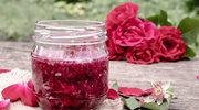 Różane i lawendowe akcenty na talerzu