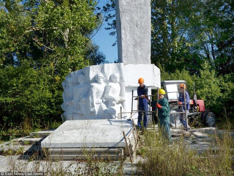 Rozbiórka kontrowersyjnego pomnika w Pieniężnie /Aleksandra Jakimczuk/Gazeta Olsztynska /East News