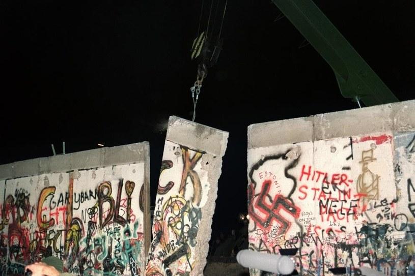 Rozbiórka muru berlińskiego /AFP