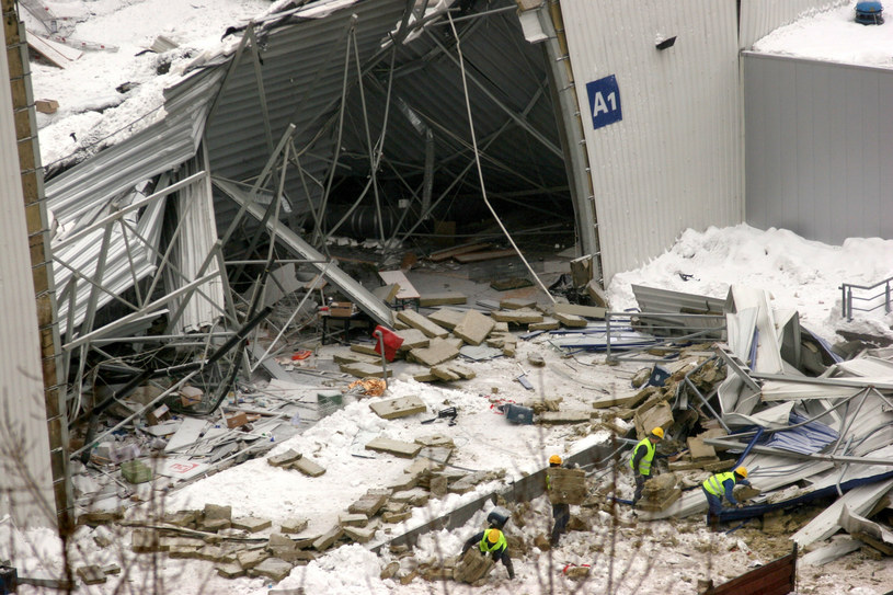 Rozbiórka zawalonej hali po katastrofie budowlanej /Adrian Slazok/ /Reporter