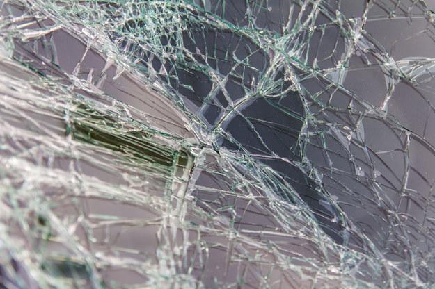 Rozbita szyba samochodu /Montian Noowong  /123/RF PICSEL