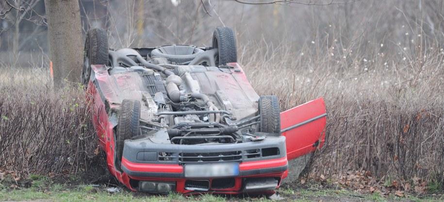 Rozbite auto na miejscu wypadku w Kamieniu Pomorskim /PAP/Marcin Bielecki /PAP