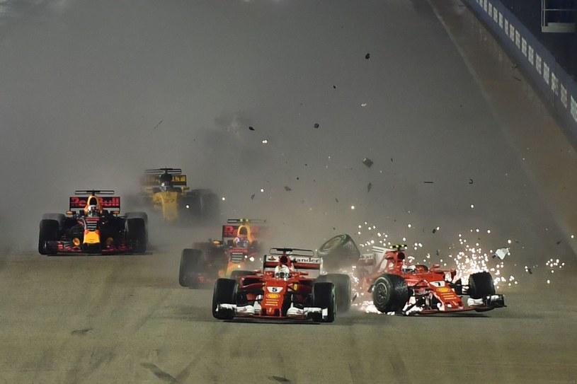 Rozbite bolidy Ferrari. Kimi Raikkonen (z prawej) i Sebastian Vettel /AFP