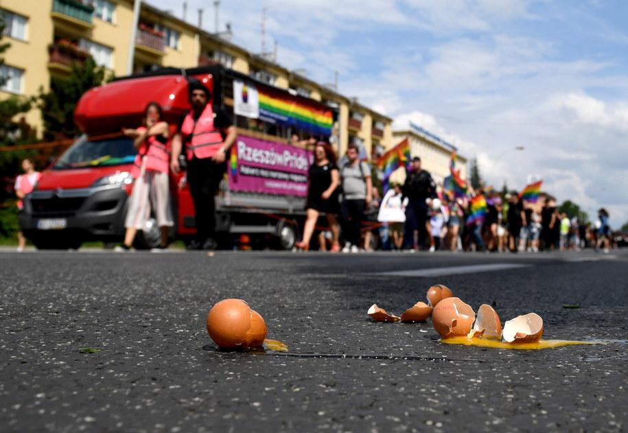Rozbite jaja, które rzucano w kierunku uczestników Marszu Równości /Darek Delmanowicz /PAP