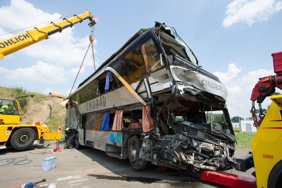 Rozbity autokar, którym podróżowali Polacy /PETER ENDIG /PAP/EPA