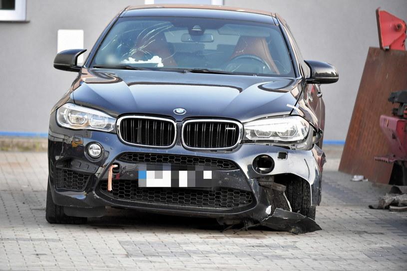 Rozbity samochód BMW X6M na policyjnym parkingu depozytowym w Niechcicach /Grzegorz Michałowski   /PAP