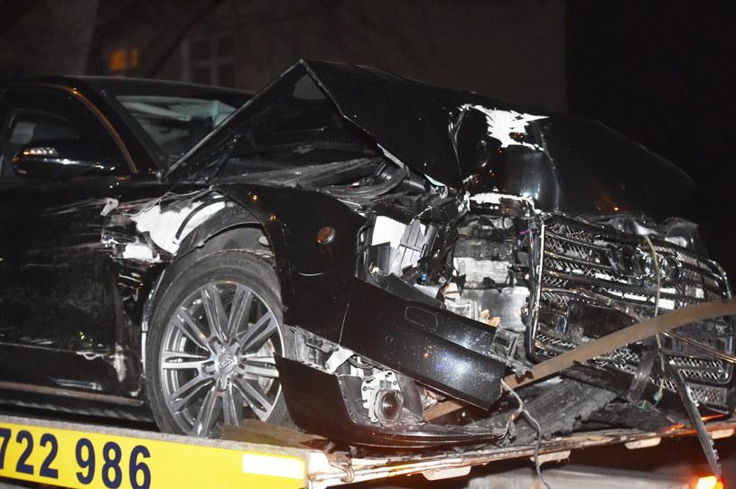 Rozbity samochód rządowy odwożony na lawecie /Andrzej Grygiel /PAP