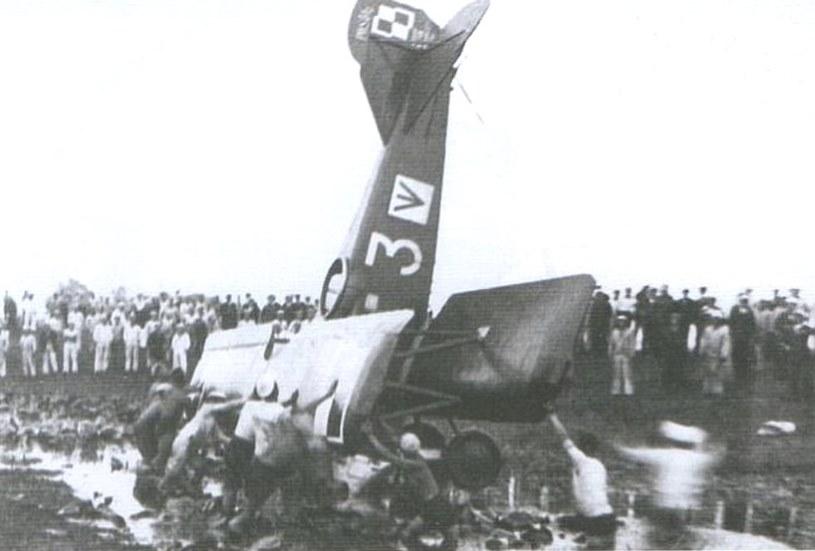 Rozbity w czasie lądowania w sierpniu 1930 roku na podmokłym lotnisku PWS-5t2. Tak kończyło się wiele lądowań na poleskich błotach /Narodowe Archiwum Cyfrowe /materiały prasowe
