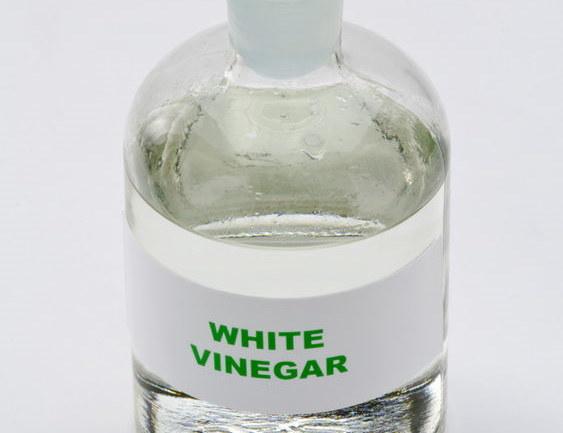 Rozcieńcz ocet z wodą i spryskaj nim chwasty /123RF/PICSEL