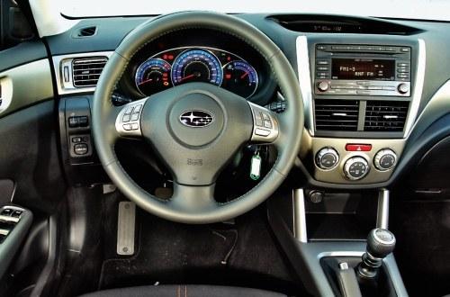 Rozczarowanie: najczęstsza reakcja na tablicę przyrządów Forestera. W USA Subaru jest tanią marką, w Europie ociera się o premium – stąd ten rozdźwięk. /Motor