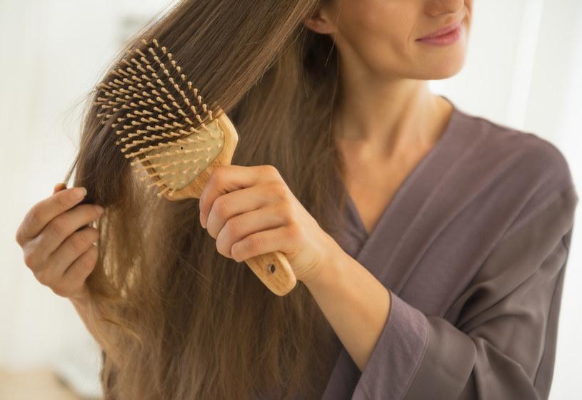 Rozczesywanie włosów zacznij od końcówek, to poprawi ich kondycję /123RF/PICSEL