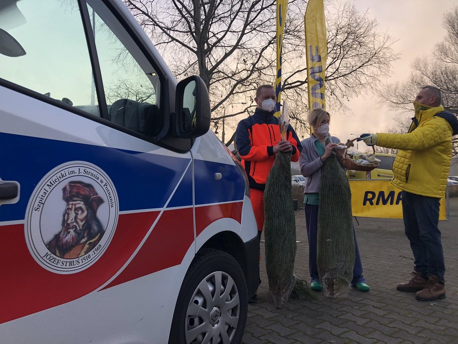 Rozdawanie choinek przed szpitalem w Poznaniu /Mateusz Chłystun /RMF FM