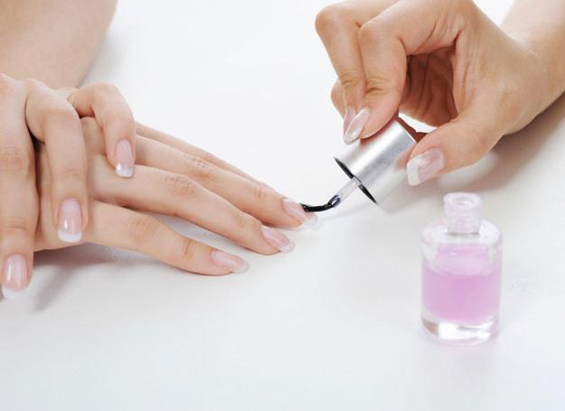 Rozdwajającym się paznokciom może brakować witaminy A /123RF/PICSEL