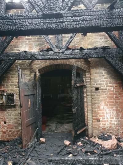 Rozebrana zostanie drewniana kruchta, która w większości uległa spaleniu /KP PSP w Nowym Dworze Gdańskim /