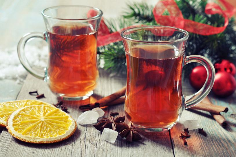 Rozgrzewająca herbatka na chłodne dni /123RF/PICSEL