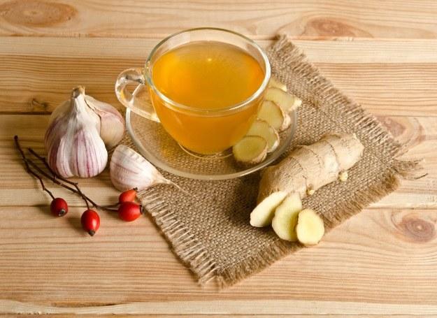 Rozgrzewająca herbatka z czosnkiem i imbirem /123RF/PICSEL