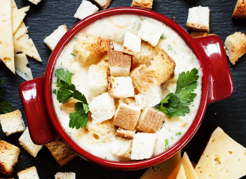 Rozgrzewająca zupa serowa ze świeżą pietruszką i grzankami /materiały prasowe /materiały prasowe