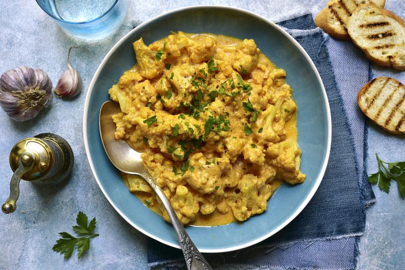 Rozgrzewające curry jest idealne na zimne dni /123RF/PICSEL