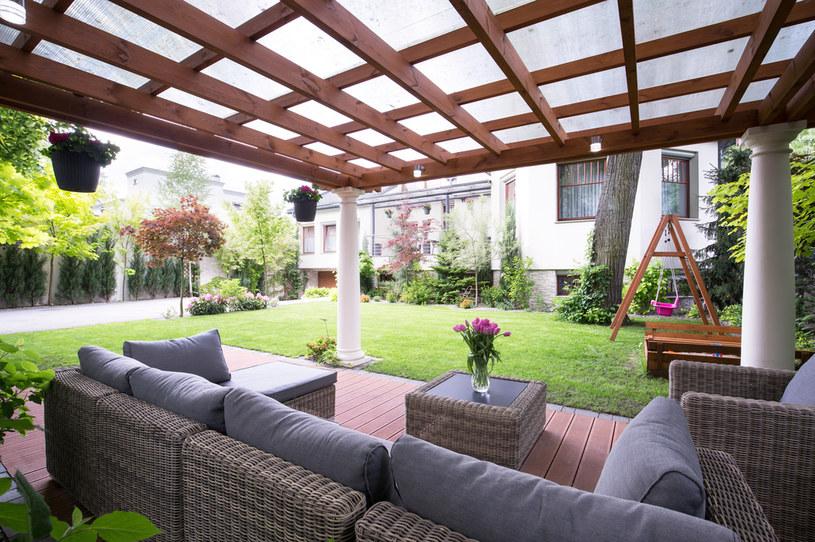 Rozkładane turystyczne stoliki odchodzą do lamusa. Teraz ogród staje się drugim salonem /123RF/PICSEL