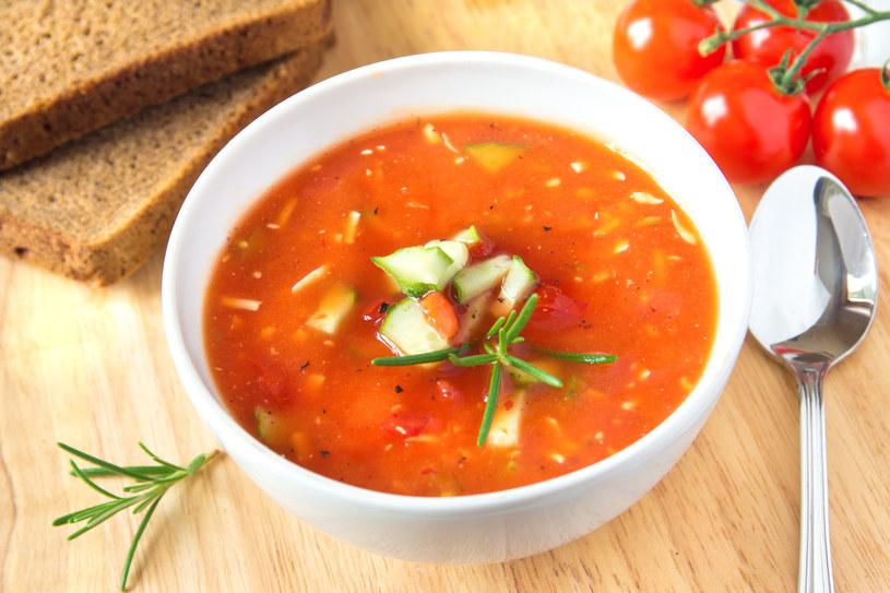 Rozlej zupę do talerzy, ułóż na niej plastry awokado i posyp orzeszkami oraz oregano /123RF/PICSEL