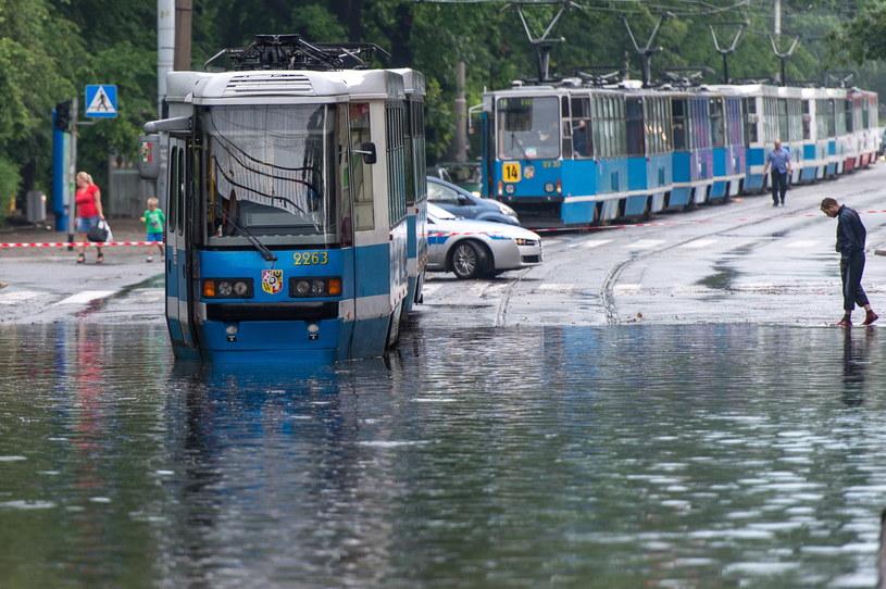 Rozlewisko pod wiaduktem na ulicy Reymonta. Tak wyglądały wczoraj po południu wrocławskie ulice /Maciej Kulczyński /PAP