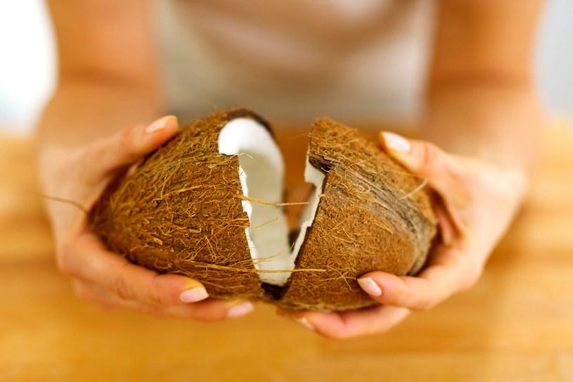 Rozłupanie kokosa nie wymaga szczególnej wprawy. Liczy sie kilka prostych i silniejszych ruchów /123RF/PICSEL