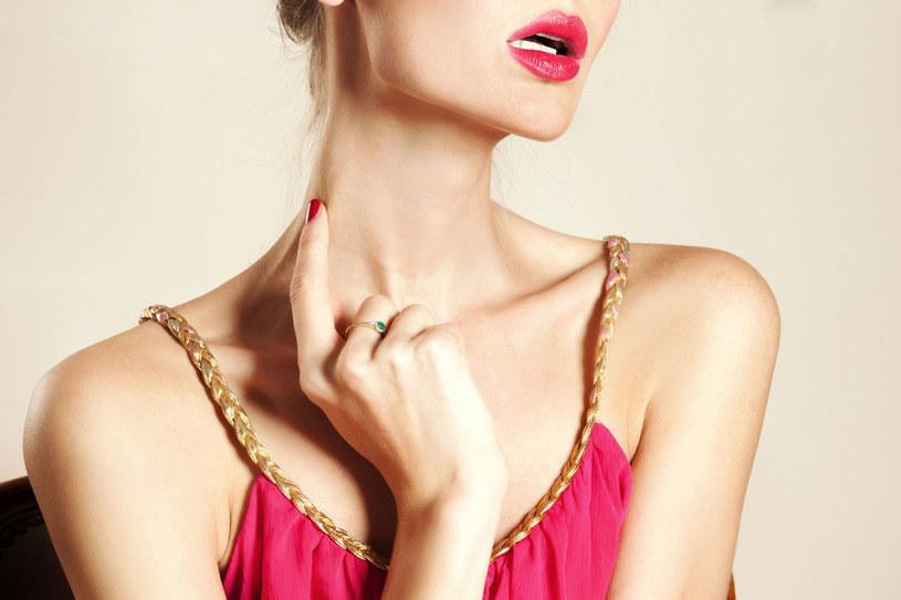 Rozluźniaj mięśnie szyi: dłonie z wyprostowanymi palcami przyłóż z tyłu do szyi. Lekko uciskaj szyję przez 10 sekund /123RF/PICSEL