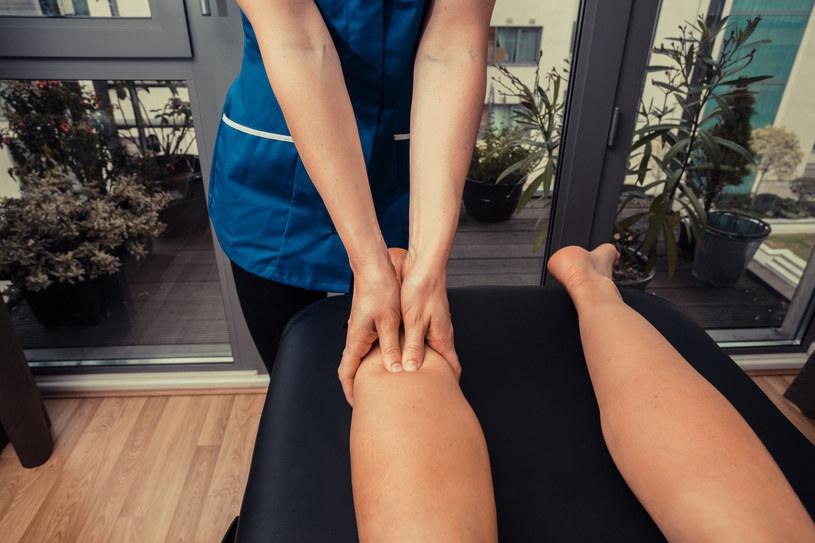 Rozluźniający masaż bolącej łydki możesz też wykonać samodzielnie /123RF/PICSEL