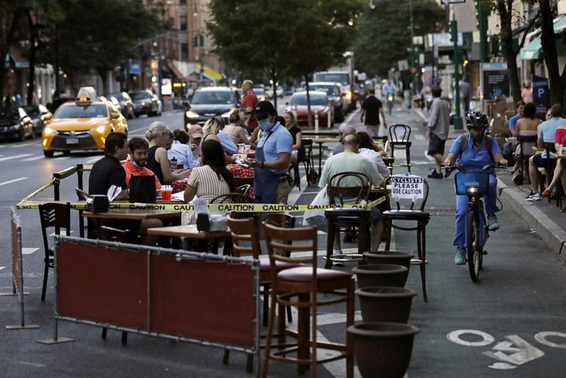 Rozluźnienie restrykcji pozwala na otwarcie restauracji na wolnym powietrzu. /Peter Foley /PAP/EPA