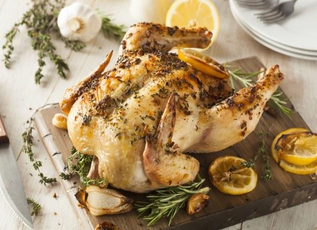 Rozmaryn i cytryna doskonale komponują się ze smakiem kurczaka /123RF/PICSEL