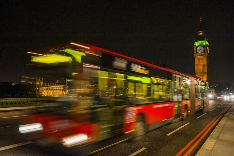 Rozmazane ślady świateł to popularny motyw nocnej fotografii  Fot. Krystian Bielatowicz /materiały prasowe