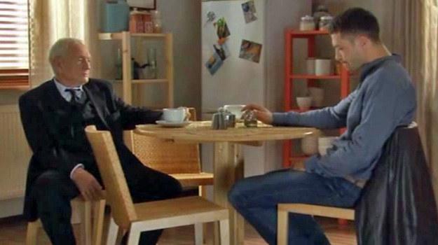 """Rozmowa z zięciem będzie dla Lucjana wielkim przeżyciem/ kadr z 1041. odcinka """"M jak miłość"""" /TVP"""