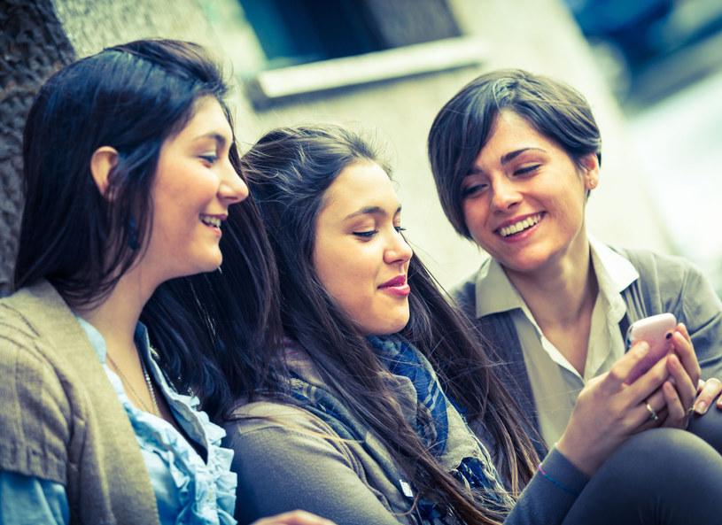 Rozmowy kobiet wyglądają inaczej niż te prowadzone przez mężczyzn /123RF/PICSEL