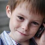 Rozmowy przez komórki na ulicy są dla dzieci bardziej ryzykowne