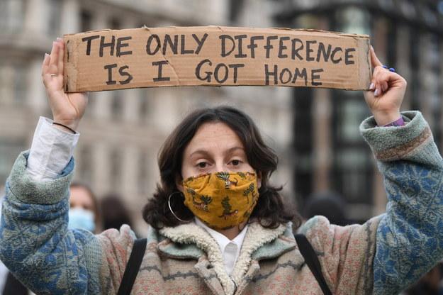 """""""Różnica jest taka, że ja wróciłam do domu"""". Jedna z kobiet protestujących w Londynie / NEIL HALL /PAP/EPA"""