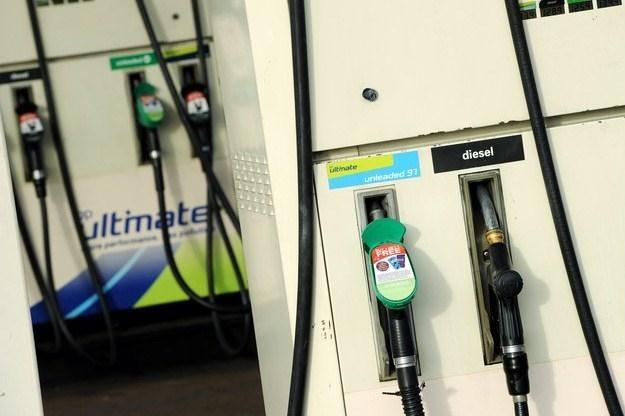 Różnica w cenie diesla i benzyny stale się zwiększa /AFP